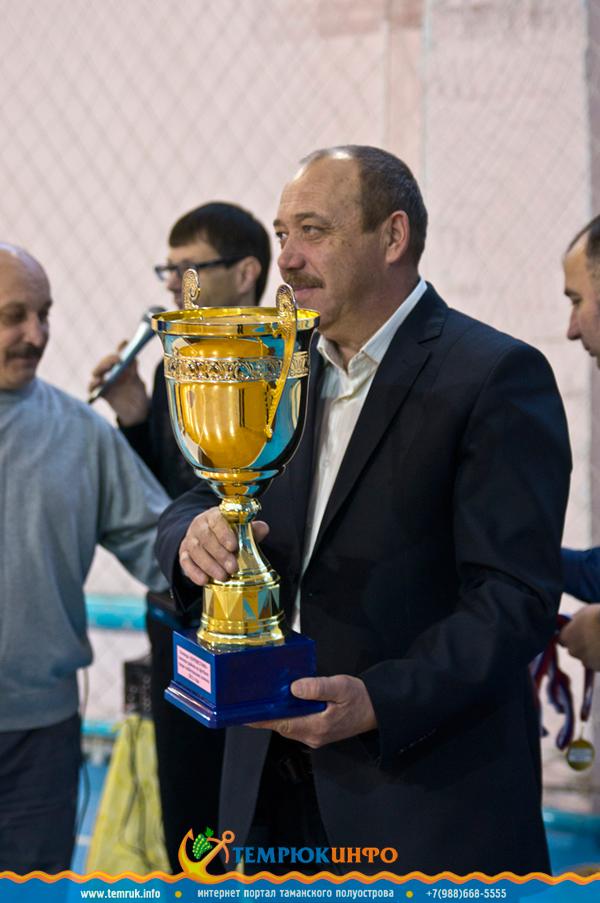 Глава города Темрюка вручает награду победителям