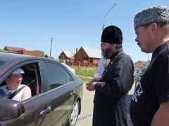 В Голубицкой водителей останавливал атаман станицы Голубицкой и протоиерей отец Илья