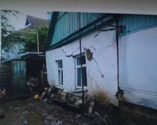 Разрушенный подтоплением дом