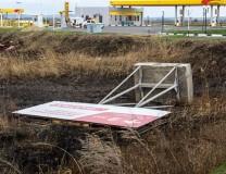 Один из поваленных ветром рекламных щитов в Темрюке