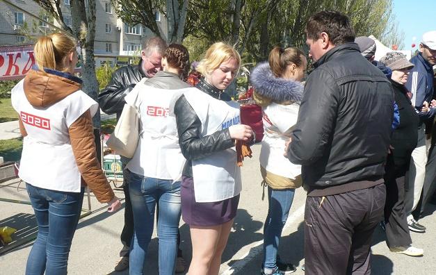 Волонтеры раздают Георгиевские ленты в Терюке