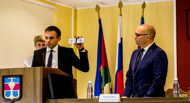 Черненко вручает Робилко удостоверение главы