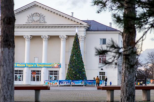 Главная Новогодняя елка в Темрюке