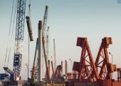 Строители моста в Крым установили более половины всех свай