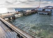 Строители Крымского моста соединили автодорожными пролетами косу и остров Тузла