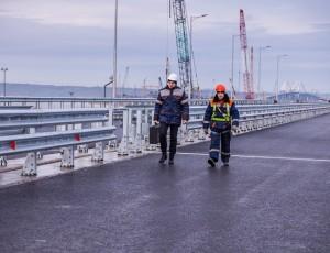 Освещение и барьерные ограждения установили на одной из частей моста в Крым