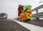 На Крымском мосту наносят автодорожную разметку