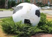 В клумбах Темрюка появились шары перекрашенные в цвет футбольных мячей