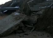 Шторм разрушил бетонную лестницу к морю в Кучугурах