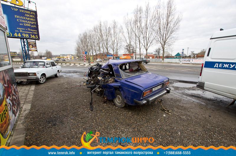 Пострадавший автомобиль в результате ДТП в Темрюке