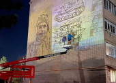 Портрет Герою ВОВ Василию Головченко рисуют на фасаде многоэтажки в Темрюке